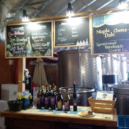 Harwood Estate Vineyards : Wine Tasting bar