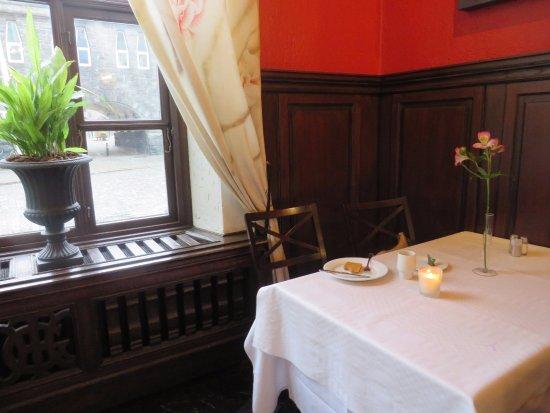 Grand Hotel Terminus: Een hoek in de ontbijtzaal, met uitzicht op het station