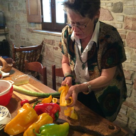 Anne's Italy : slicing peppers ala farmwife..