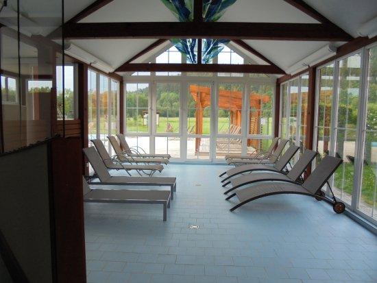 Sporthotel Zaton: relaxruimte vlak bij het binnen en het buitenzwembad.