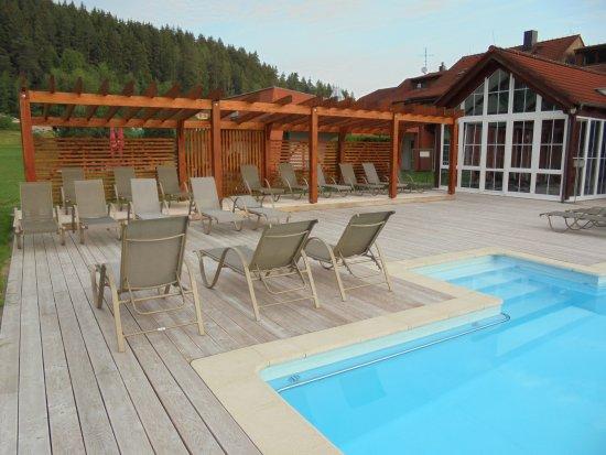 Sporthotel Zaton: Het buitenzwambad met ligstoelen