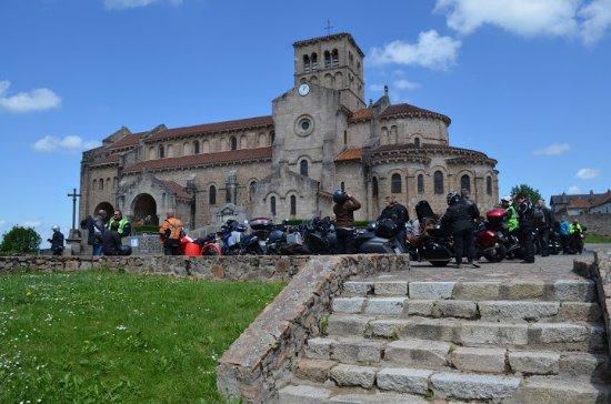 Chatel-Montagne, ฝรั่งเศส: L'église vue depuis le parking.