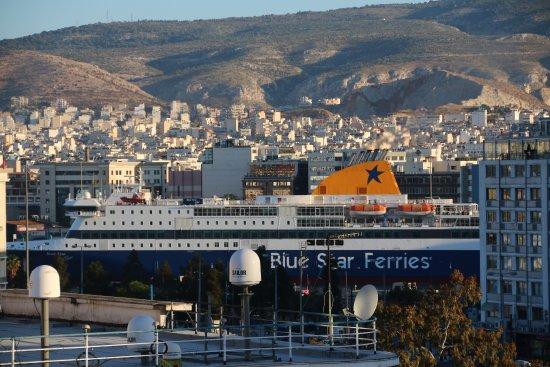 Piraeus Dream City Hotel: Blik op de haven vanaf het balkon.