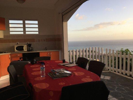 Residence Ilot Bleu: Superbe appartement. Calme. Vue splendide .......  Cuisine sur la terrasse.