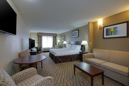 Holiday Inn Express Charles Town: King Suite