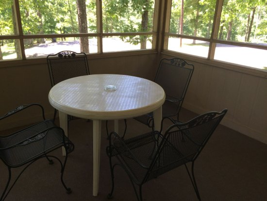 Hardin, KY: decent screened porch..but table was filthy