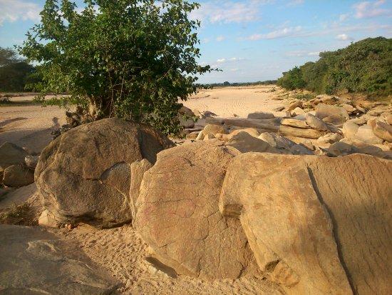 """Kondoa Rock-Art Sites: rock along seasonal rivers """"korongo"""""""