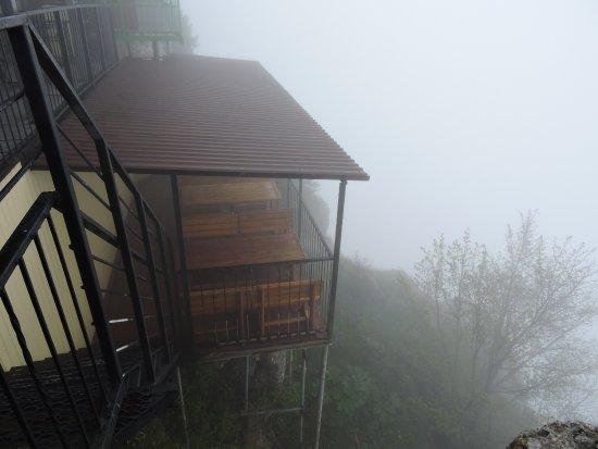 Yalta Municipality: Видовое кафе в отсутствие вида (на Ай-Петри село облако)