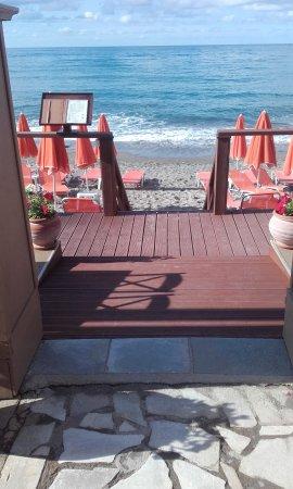 Carpe Diem Restaurant Bar: Straight to the  beach.