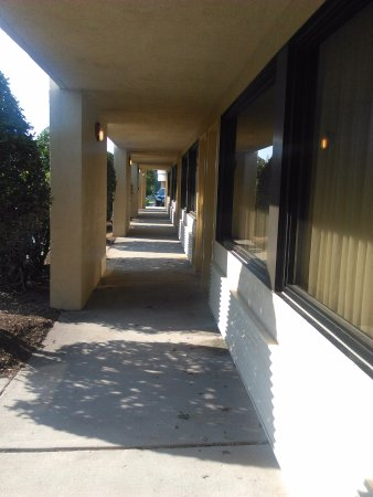 Crowne Plaza Hickory I-40: Outside rooms corridor in the back building.