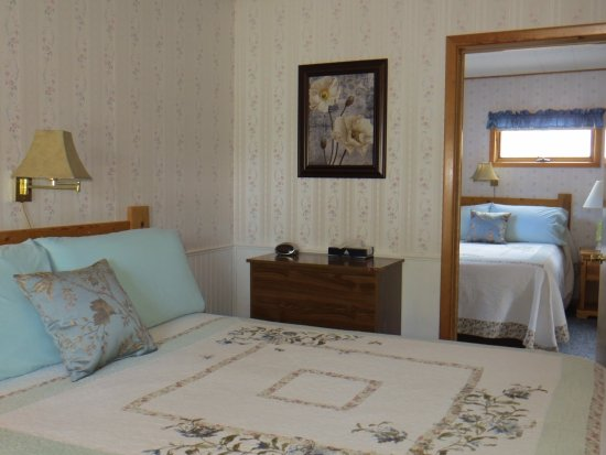 Newcastle, WY: Room 11 - Two Queen Beds, Kitchenette and shared Bathroom