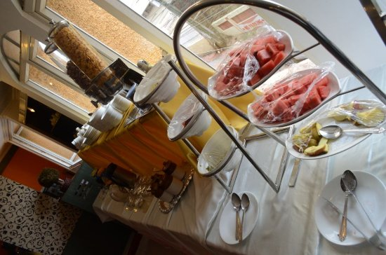 Hotel Alpine Continental: Fruits, tea, coffee as part of breakfast.