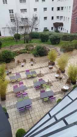 ibis Styles Evry Cathedrale : Terrasse derrière hôtel