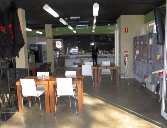 Cudmirrah, Australie : The new owners/ shop layout.