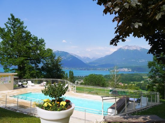 Terrasse couverte avec vue panoramique picture of les for Camping lac annecy avec piscine