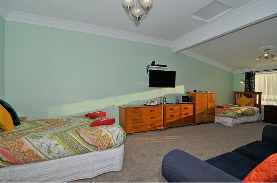 Richmond Guest House: new triple room , double & two king single beds