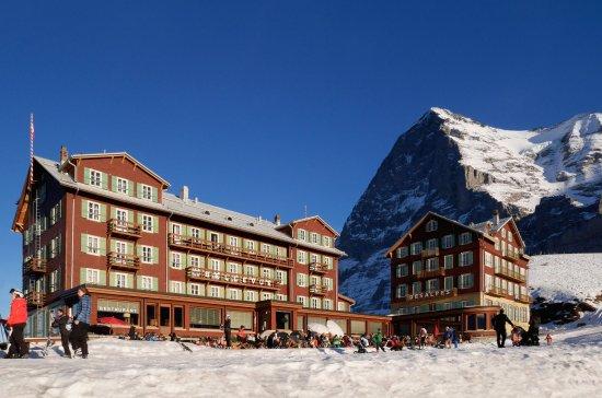 vue depuis la terrasse et le restaurant du haut bild von hotel bellevue des alpes wengen. Black Bedroom Furniture Sets. Home Design Ideas