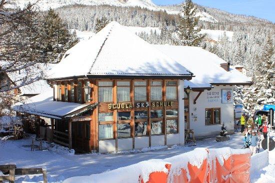 Badia, Italië: Il tuo noleggio sci di fronte alle piste da sci.