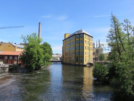 Fin vy från bron mot Arbetets museum en tidig junidag
