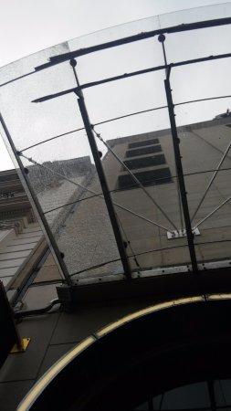 Sofitel Brussels Le Louise: разбитый козырек над входом