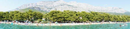 Tucepi, Croatie : plaża z widokiem na góry widziane z morza