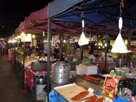 Nirvana Inn: Night food market on the way to Patong beach
