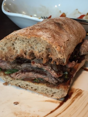 Drogheda, Irlanda: Unbelievable fillet steak sandwich. Expensive but very big portion of perfectly cooked steak. I'