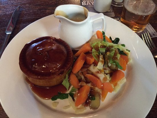 Marden, UK: Steak Pie with Vegetable Side