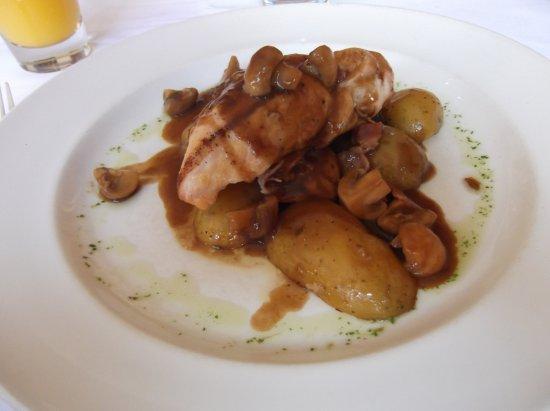 Casa Mia : Chicken breast in chasseur (?) sauce