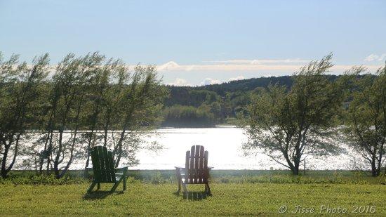 """Little Bras d'Or, Kanada: Vue sur le lac avec """"chaises canadiennes"""""""