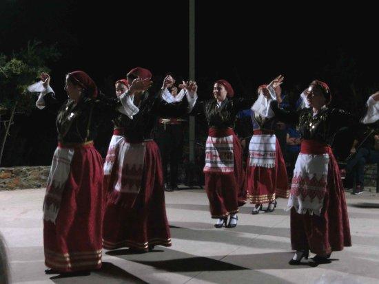 Omalos, กรีซ: Cretan dancing.