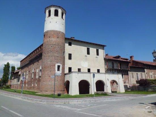 Province of Biella, İtalya: L'ingresso al Museo del Falso o FALSEUM  è sotto il portico a tre arcate di colore bianco