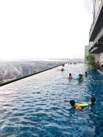 Holiday Villa Johor Bahru City Centre: Infinity Pool