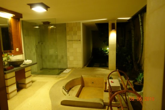 The Sanyas Suite Seminyak: The bathroom is semi- outdoors