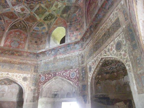 Chini Ka Rauza: 見事なニッチェと天井の壁画