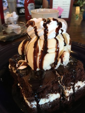 Jennerstown, Pennsylvanie : We enjoyed a fabulous lunch at Coal Miner's Café and this Gob Cake was the icing on the cake!