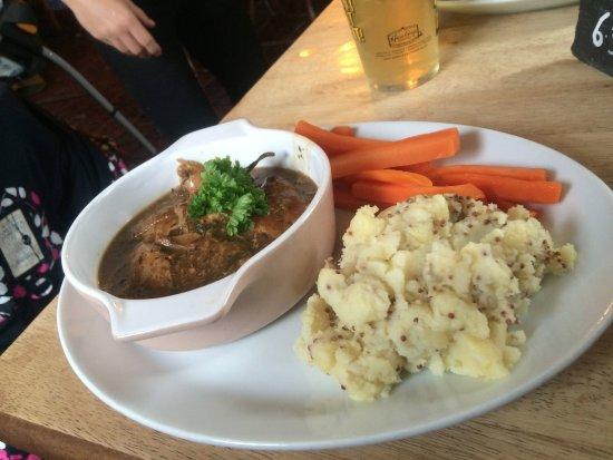 Luxulyan, UK: Rabbit casserole with mustard mash & carrots