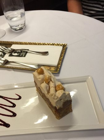Gerloczy Rooms de Lux: The pastry case was full of great selections