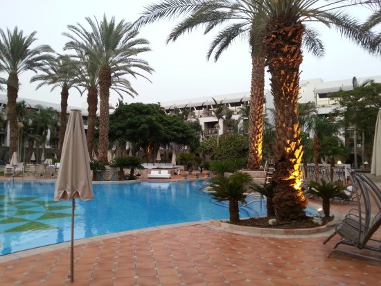 Isrotel Agamim: the pool's center