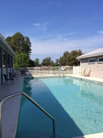Cedar Key RV Resort: Pool area looking toward the campsites