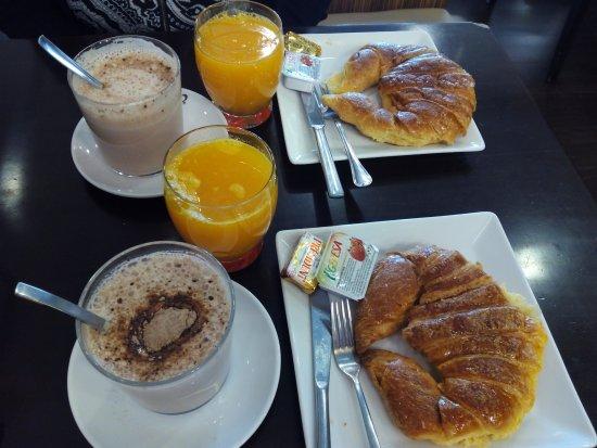 Hotel Mar Del Plata: Desayuno continental en la cafetería