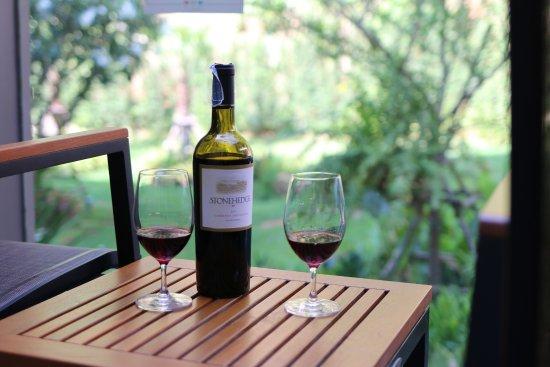 โบลตัน, UK: Wine in the flower garden