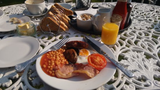 The Bosun's Chair: Fabulous breakfast served in the lovely garden