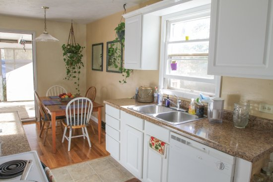Fairhaven Guesthouse : Enjoy meals or tea in the cozy dining room or the screened-in porch.