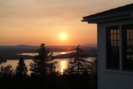 Blair Hill Inn: A stunning sunset overlooking the lake from the balcony of our room.