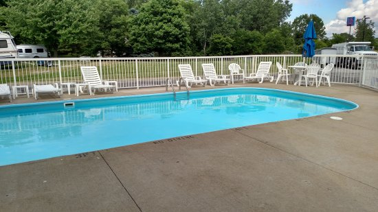 Motel 6 Sandusky-Milan: Pool with campground right behind it