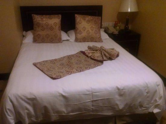 Charms Hotel: Cama de la habitación