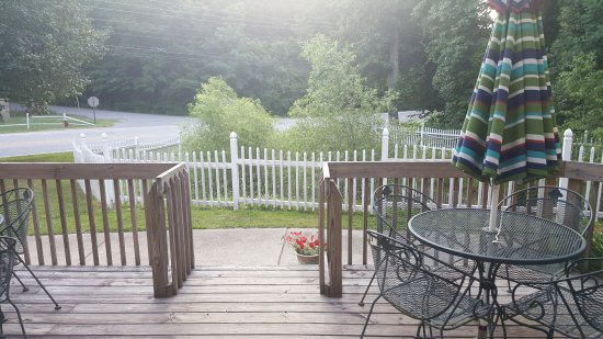 Willowbrook Inn: Isn't this a cool deck!