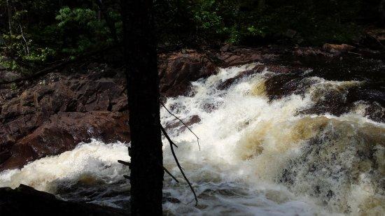 Cranberry Lake, estado de Nueva York: Hiking along the falls