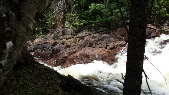 Cranberry Lake, estado de Nueva York: Still hiking along the falls